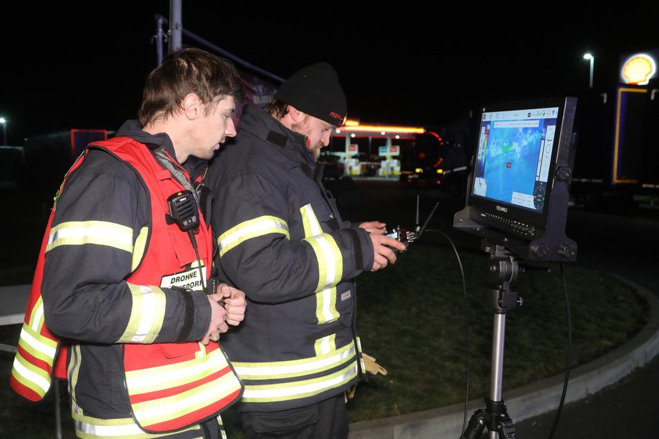 Am Bildschirm sind die Aufnahmen der Drohne zu sehen.