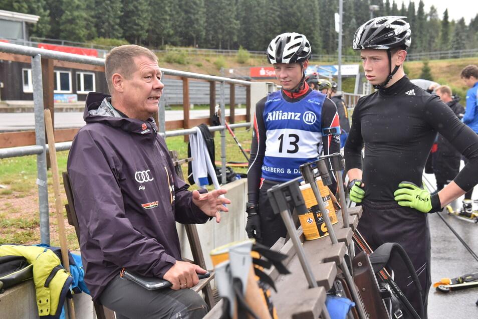 Frank-Peter Roetsch, Biathlontrainer Biathlon Stützpunkt Altenberg, beim Training im Hofmannsloch Zinnwald. Hier bei der Besprechung mit Emil Menzel und Clemens Böhme (re.).