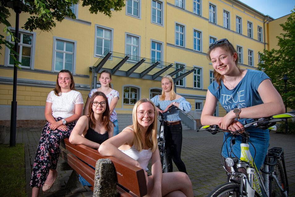 Michelle Bayinski (von links) , Jessica Cäsar (dunkle Haare) , Magdalena Kröher, Emily Tulok, Lilli-Marie Schirmer und Sophie Starke bilden das Komitee zur Planung des Abi-Balls des Lessing-Gymnasiums Döbeln.
