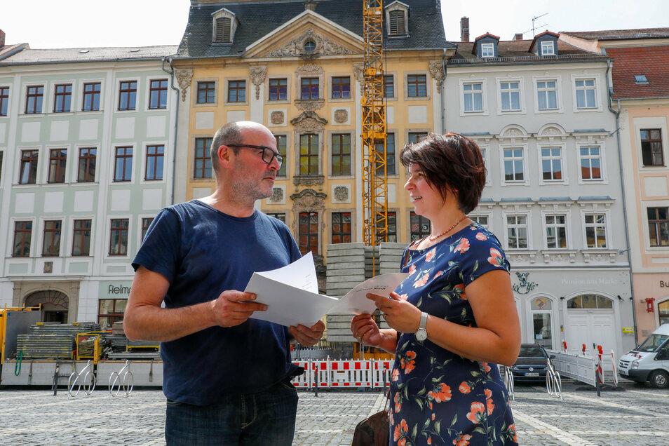 Architekt Christian Weise spricht mit Susanne Mannschott, der Chefin der Zittauer Stadtentwicklungsgesellschaft, über die Baumaßnahme Markt 9.