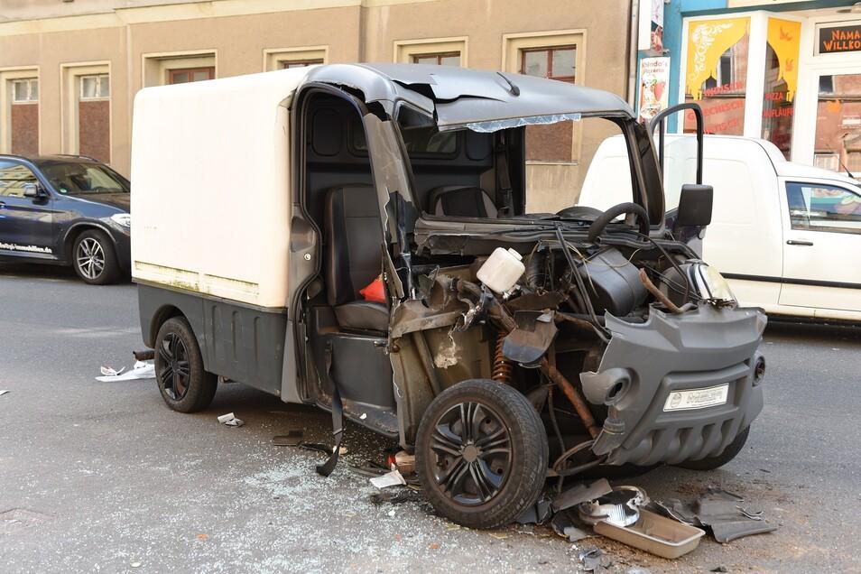 Dieses Fahrzeug wurde bei einem Unfall in Döbeln schwer beschädigt. Eine Frau wurde eingeklemmt.