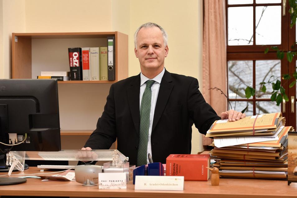 Der Dippser Amtsgerichtsdirektor hat einen Stehschreibtisch. Die Aktenberge werden trotzdem nicht kleiner.