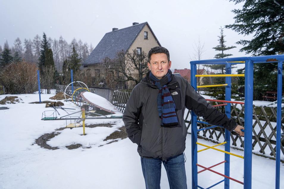 Ortsvorsteher Henry Urban engagiert sich mit weiteren Einwohnern dafür, dass der in die Jahre gekommenen Spielplatz in Ringenhain noch dieses Jahr komplett erneuert wird.