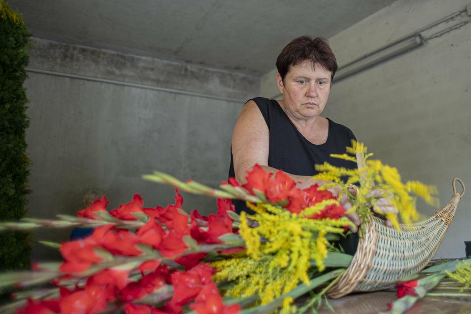 Für einen Film zum Forstfest stellt die Kamenzer Stadtgärtnerei Festschmuck her - wie hier Manuela Rutkowsky ein Füllhorn.