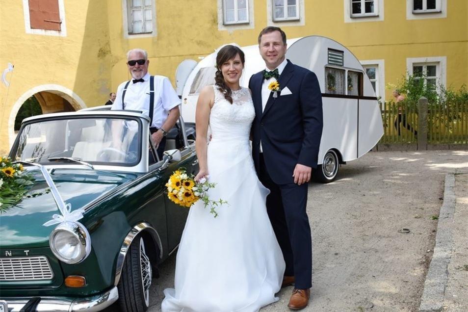 Joachim Förster bringt das Brautpaar Catherine und Nino Walter mit seinem Trabi samt dem angehängten Dübener Ei zur Trauung in der Wehrkirche Horka.
