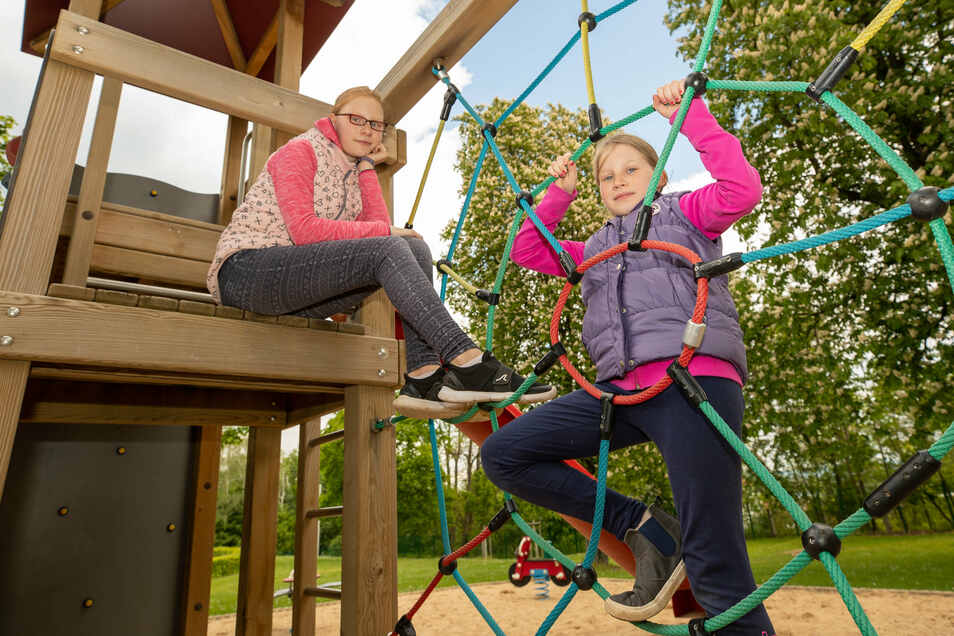 Vormittags Schule zuhause, nachmittags Klettern im Bad: Luise (l.) und Marlene aus Kreischa im Heidenauer Bad.