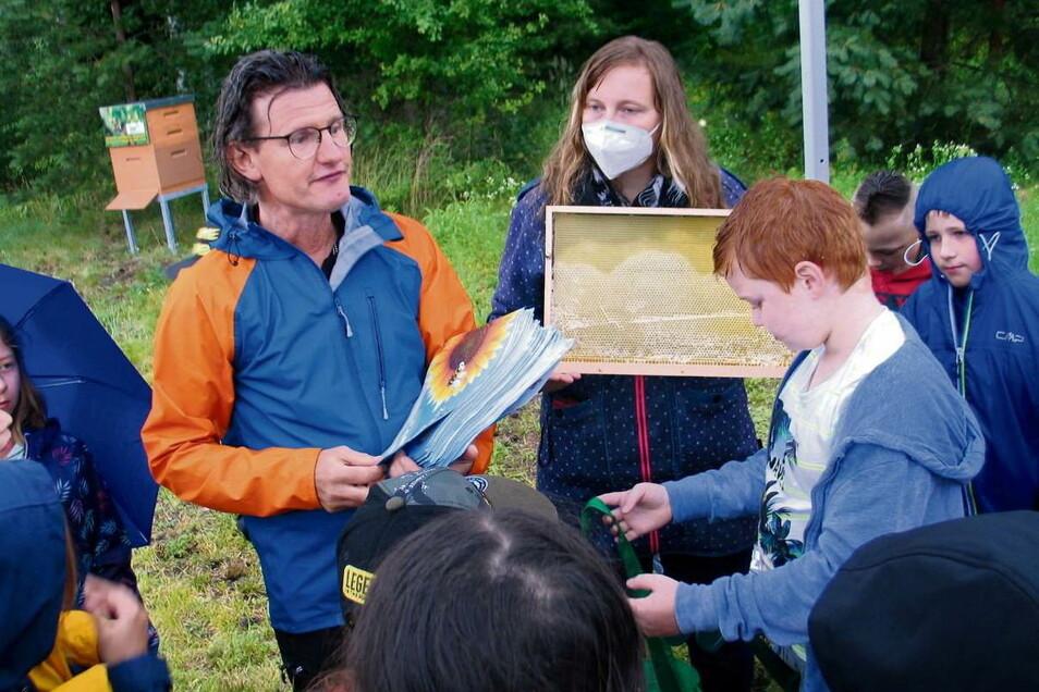 Imker Jens Ebert, der das Bienenprojekt der Stadtwerke betreut, hatte viele Fragen der Kinder zu beantworten. Einige wussten sogar schon recht gut Bescheid.