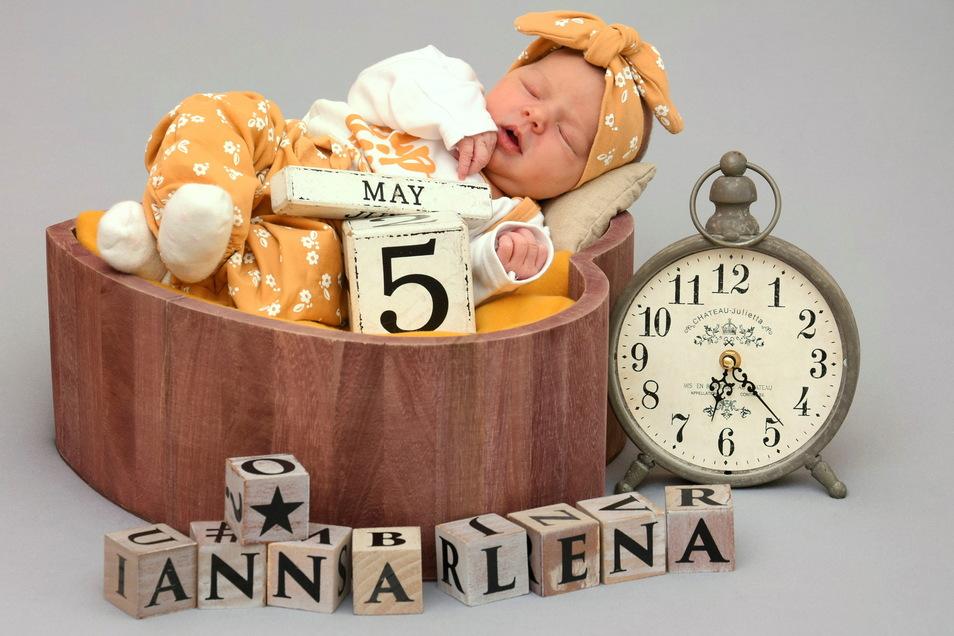 Annalena, geboren am 5. Mai, Geburtsort: Kamenz, Gewicht: 3.265 Gramm, Größe: 49 Zentimeter, Eltern: Christine und Andreas Hendruschk, Wohnort: Naußlitz