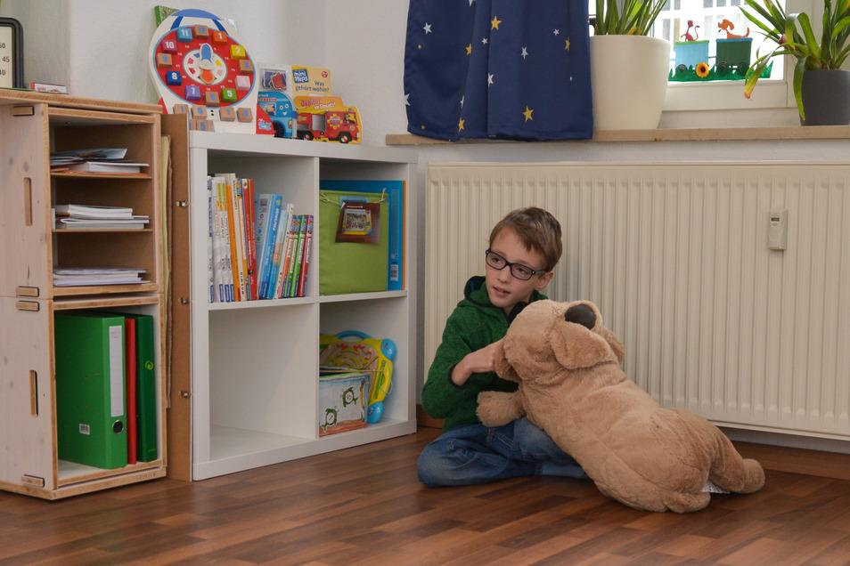 Der Plüschhund, den Ben noch vor einem Jahr am liebsten knuddelte, wird heute kaum noch beachtet.