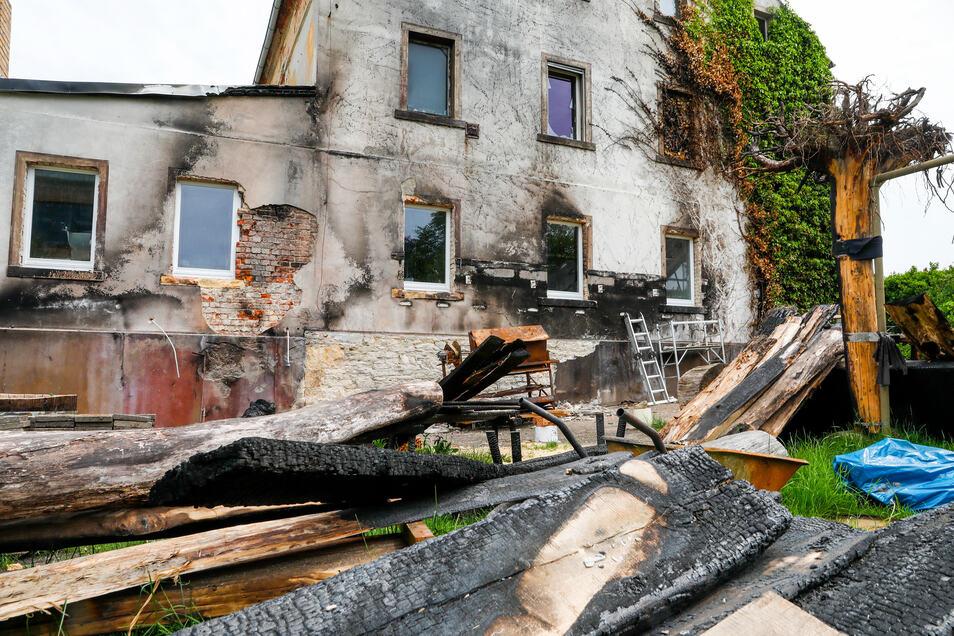 An der Giebelseite im Hof sind die Spuren des Brandes noch sichtbar.