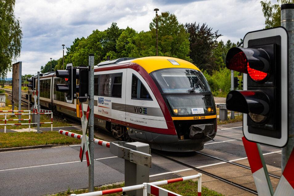 Mit Triebwagen wie diesem bestritt die Mitteldeutsche Regiobahn an den Sommerferien-Wochenenden die Fahrten ins Lausitzer Seenland. Die Unterwegshalte auf den Bahnhöfen Straßgräbchen-Bernsdorf (im Bild bei der Ausfahrt in Richtung Senftenberg) und Wied