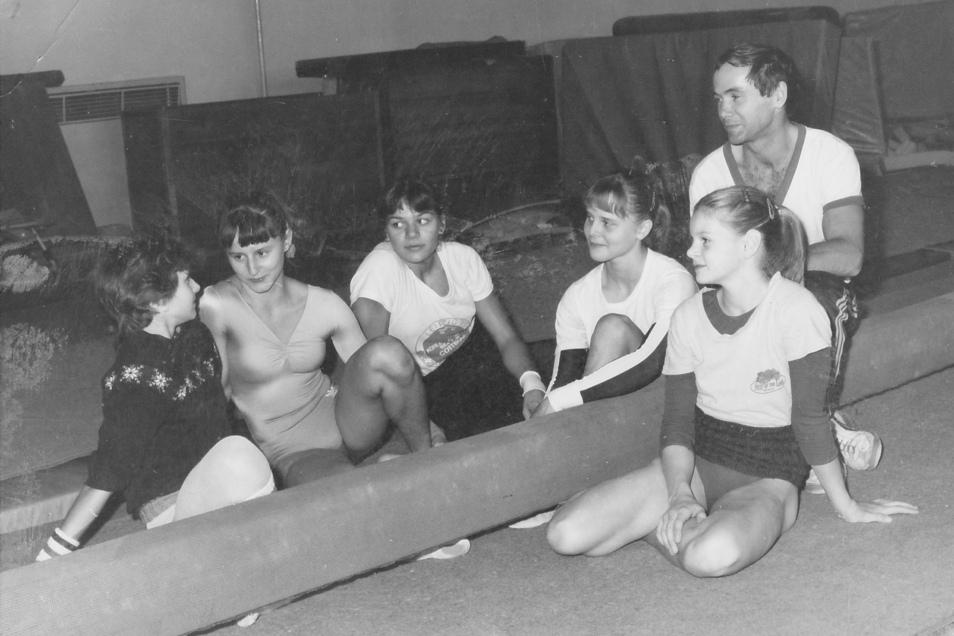Damals in der Dresdner Sporthalle (v. l.): Die Turnerinnen Diana Morawe, Grit Neugebauer, Martina Jentsch, Jana Fuhrmann und Anja Kummich mit Trainer Volker Parsch in Dresden.