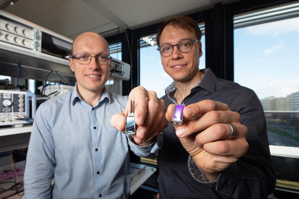 Nur fünf Gramm wiegen die Tags, die Steffen Bittner (Foto oben, l.) und Marco Krondorf entwickelt haben.