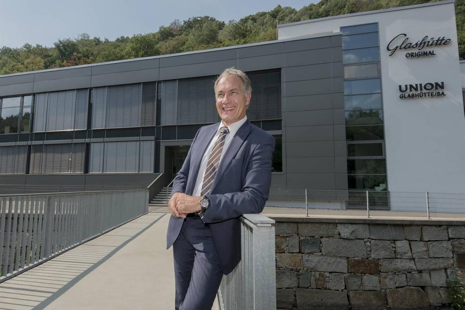 Adrian Bosshard, Geschäftsführer der Union Uhrenfabrik, vor dem Firmengebäude in Glashütte.