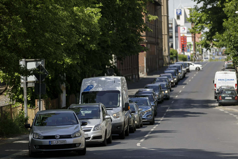 Auf der Bahnhofstraße mussten viele Autofahrer ebenso Geduld haben. Schon Mitte März kurz vor dem Schließen der Grenzen bildeten sich hier lange Staus.