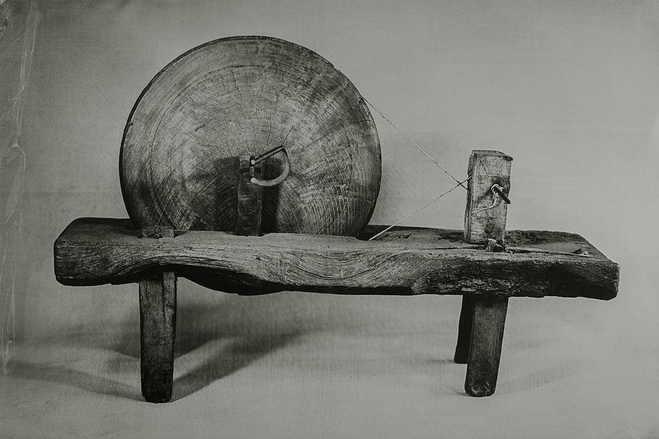 Die spanische Künstlerin Maider Kuadra hat einen alten, baskischen Spinnrocken mit einer wohl ebenso alten Plattenkamera fotografiert.