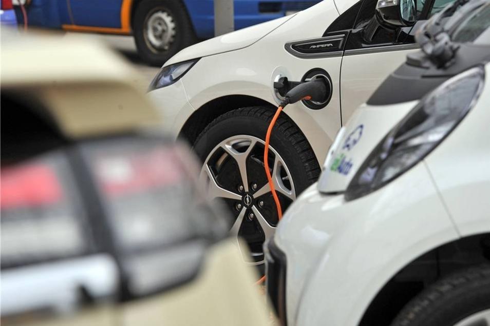 """Hinzu kommen noch weitere 33 Elektroautos anderer Hersteller, 37 E-Lkw und 45 Fahrzeuge der """"Klasse Krad und sonstige Fahrzeuge"""".  Dazu gehört unter anderem der recht eigenwillig aussehende Renault Twizy, den auch Pizza-Lieferdienste nutzen."""