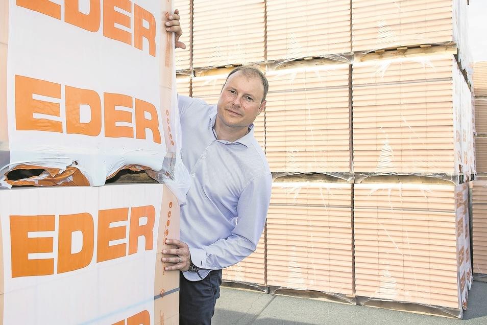 Sascha Grafe (43), Chef im Ziegelwerk Eder in Freital, auf der Lagerfläche seines Betriebs. Der Bauboom beschert den Ziegelwerkern einen regen Absatz. Der Jahresausstoß entspricht etwa 2 000 Einfamilienhäusern.
