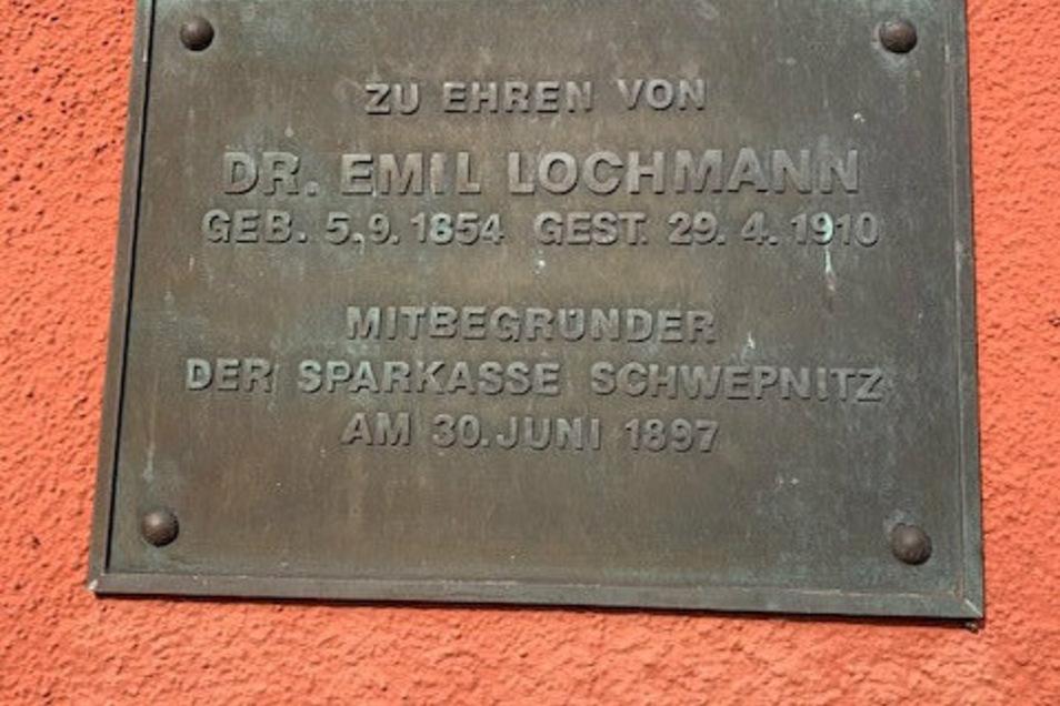 Diese Tafel erinnert an den Mitbegründer der Sparkasse Dr. Emil Lochmann.