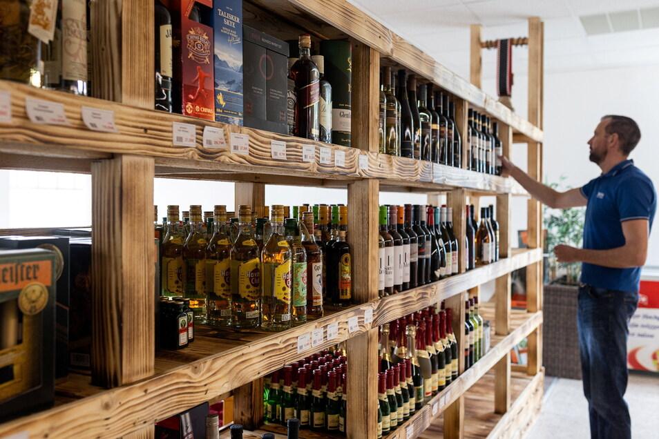 Mariano Böhme wird am 10. Mai einen neuen Laden in Reinhardtsgrimma eröffnen. Hier verkauft er verschiedene Spirituosen.