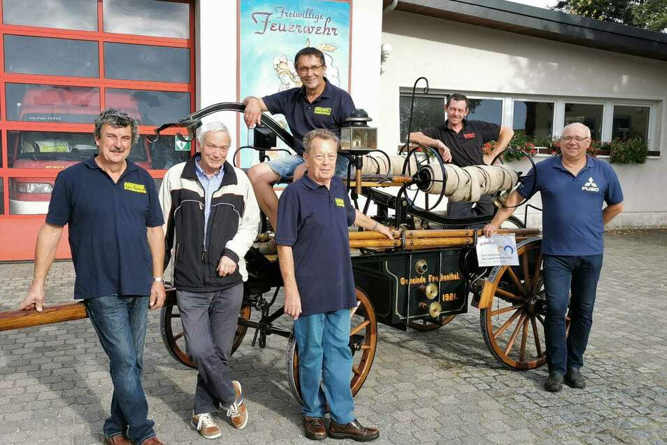 Diese Männer haben die alte Handdruckspritze der Frankenthaler Feuerwehr restauriert: Enrico Oelke, Helmut Petzold, Dieter Damme, Ottmar Peter, Nico Standfuß und Uwe Hentsche (v.l.).