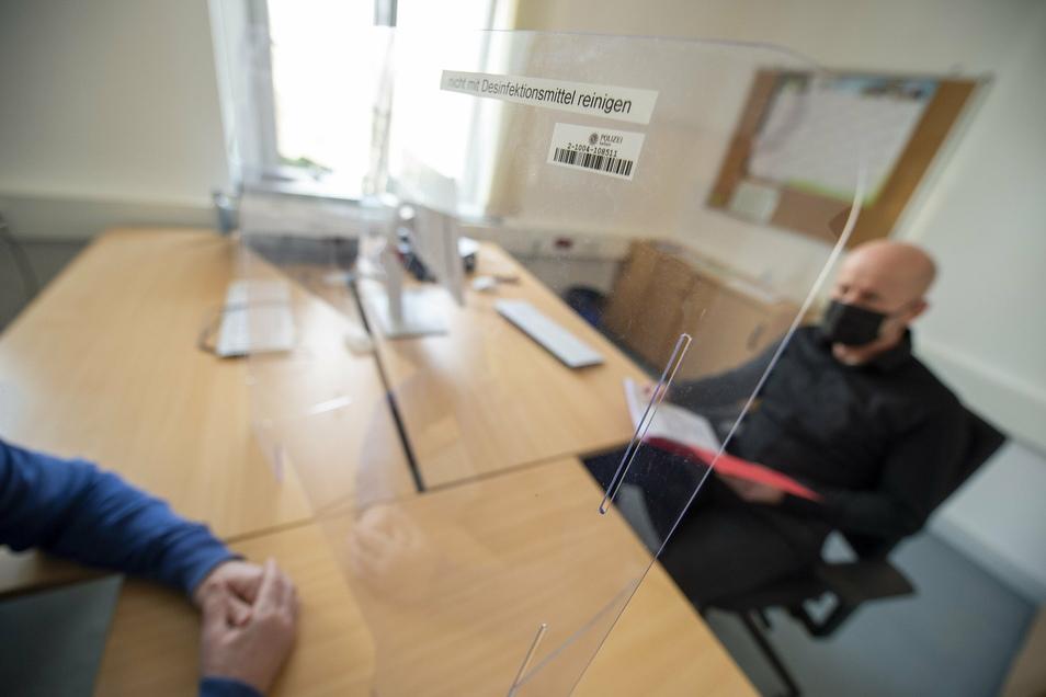 Für Vernehmungen gibt es jetzt einen extra Raum mit Glasscheibe, Abstand und Maske.