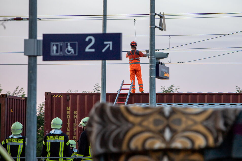 Ein Bahnmitarbeiter erdet die Oberleitung am Bahnhof Niesky und macht sie dadurch stromlos. Zwei Jugendliche waren zuvor auf einen Güterwaggon geklettert und erhielten einen Stromschlag und erlitten schwere Verbrennungen.