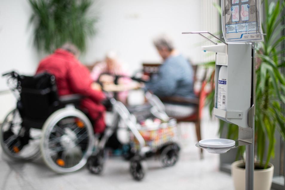 Desinfizieren und vor Viren und Bakterien schützen ist das A und O in Altenheimen.