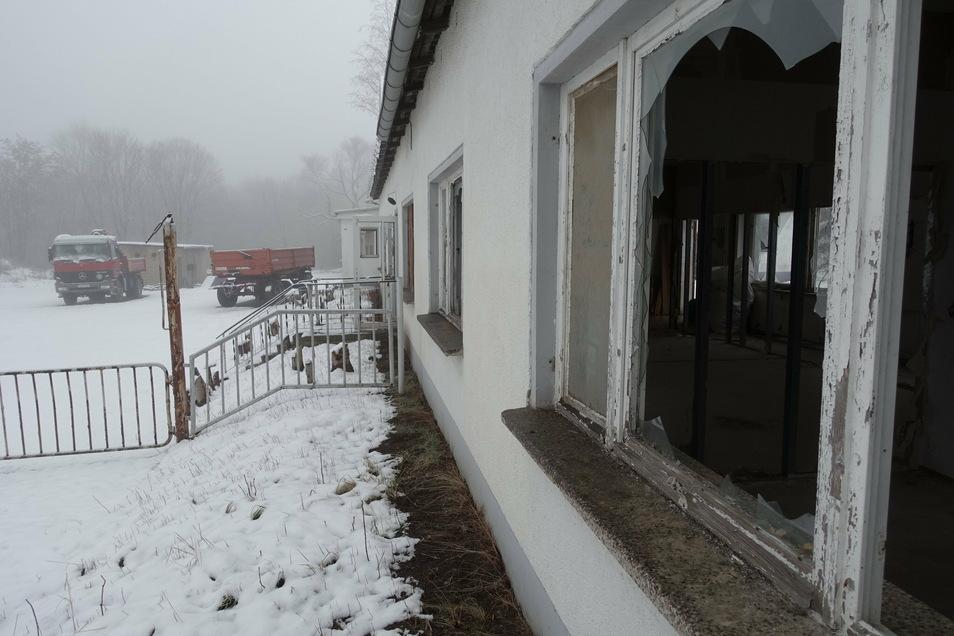 Jahrzehntelang war der ehemalige Bauhof in Zschackwitz verwahrlost. Ende vergangenen Jahres ist der Müll ausgeräumt worden. Das Areal wird als Lager- und Abstellplatz genutzt. Später sollen hier Eigenheime gebaut werden.