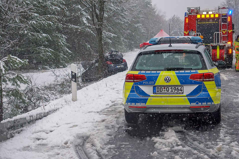 Bei winterglatter Fahrbahn rutschte der Opel von der B 156 und prallte mit der linken Seite gegen einen Baum.