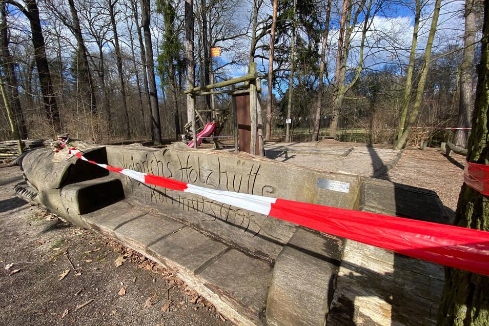 Nur ein rot-weißes Flatterband weist daraufhin, dass auf dem Spielplatz neben der Weinau-Gaststätte derzeit nicht gespielt werden darf.