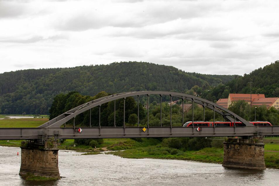 Ein Zug der Nationalparkbahn auf der Elbbrücke in Bad Schandau. Die Strecke nach Sebnitz bleibt noch weiter gesperrt.