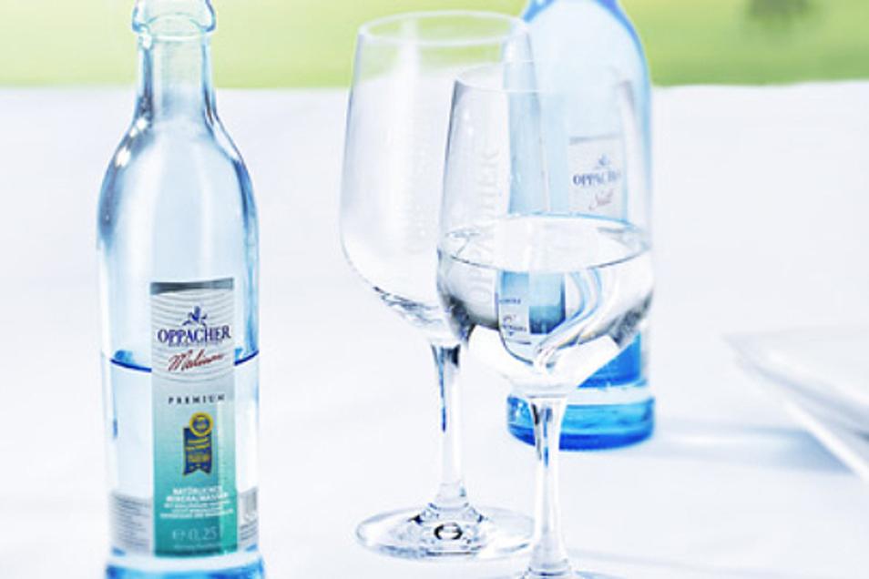 Die Aromen des Weins rundet besonders ein Glas Oppacher Mineralwasser ab: Durch seinen harmonischen, milden Geschmack!
