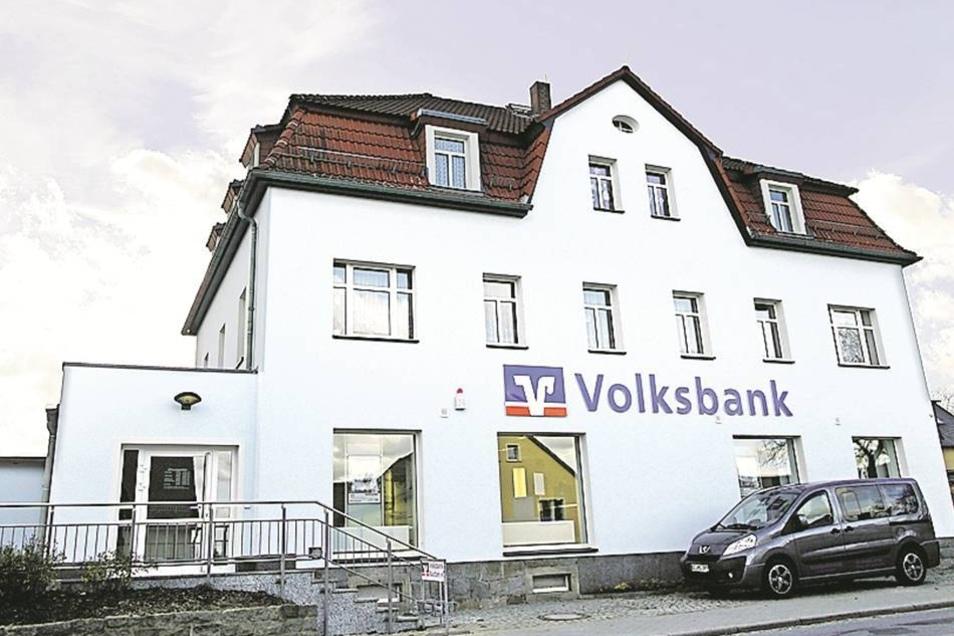 Die Volksbank Bautzen ist Eigentümerin des Hauses an der Hauptstraße. Das Erdgeschoss beherbergt die Geschäftsstelle, darüber sind Wohnungen.