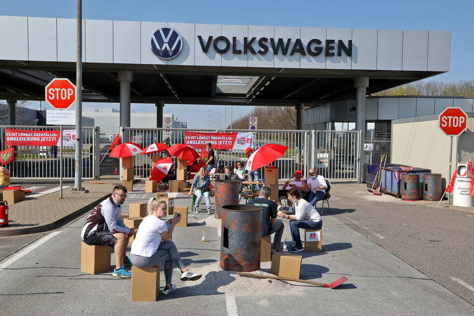 Warnstreik in Corona-Zeiten: Junge Metaller fordern vor dem Werkstor von VW in Zwickau die gleichen Arbeitsbedingungen wie im Westen.
