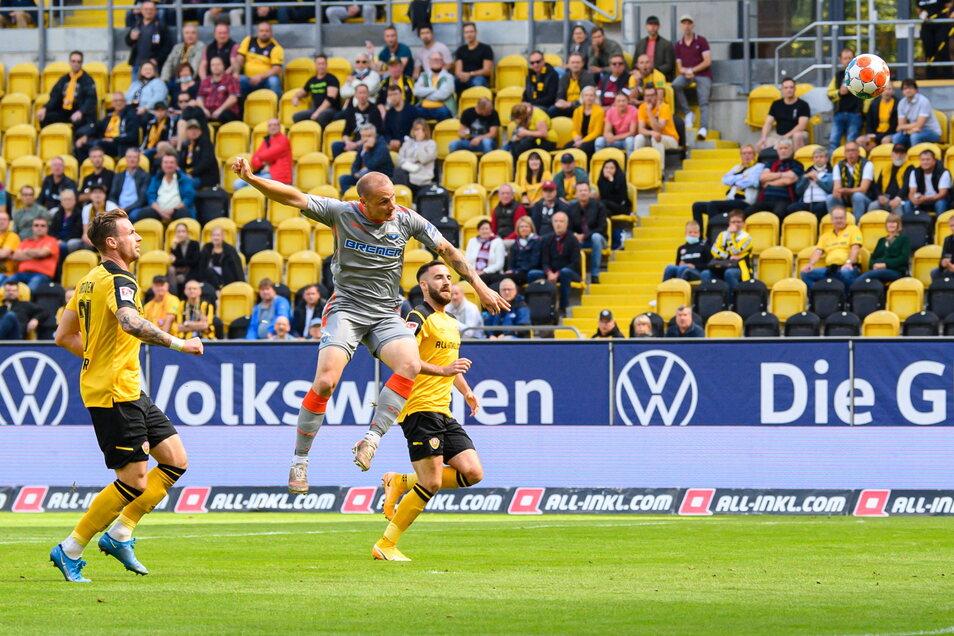 Sven Michel erzielt gegen Michael Sollbauer und Morris Schröter das 1:0 für Paderborn.