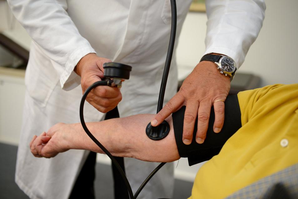 In den Bereitschaftspraxen wird nicht nur der Blutdruck gemessen. Sie dienen der Behandlung von Patienten mit nicht lebensbedrohlichen Beschwerden an den Wochenenden und zu Feier- und Brückentagen.
