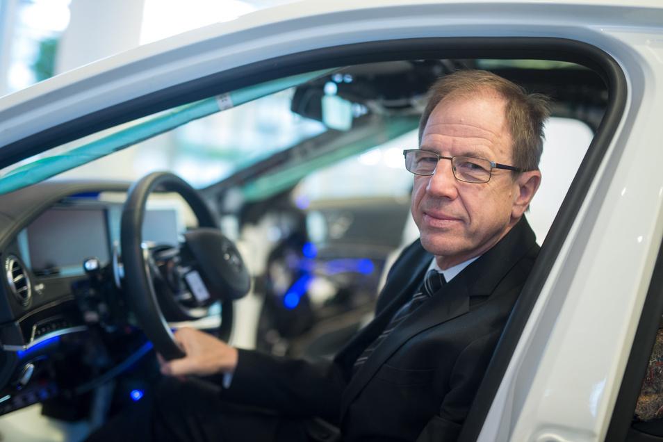 Am Steuer: Infineon-Konzernchef Reinhard Ploss liefert viele Mikrochips an die Autoindustrie, kann aber derzeit nicht alle Wünsche erfüllen. In Dresden entstehen neue Arbeitsplätze.