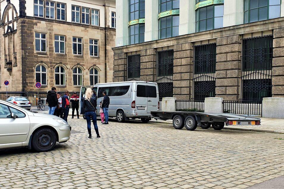 Dieser Autotransport musste leer wieder Dresden verlassen. Er kam am Sonnabend, da war der Porsche schon weg.