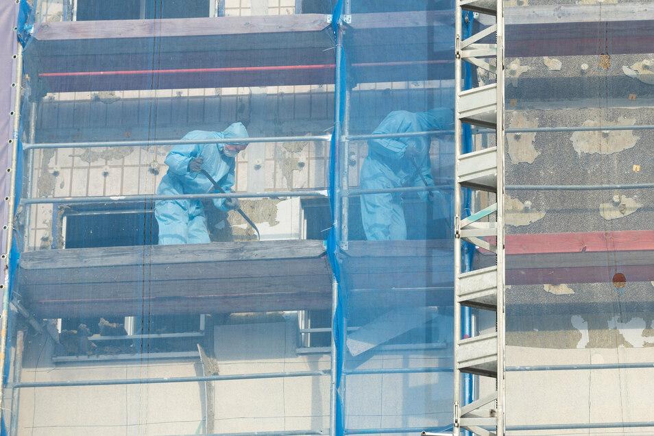 Nicht nur an der Fassade, sondern vor allem im Inneren sind derzeit Bauleute bei Abbrucharbeiten aktiv.