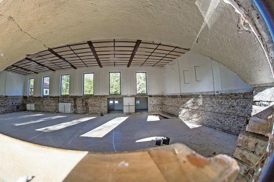 Obwohl die neue Turnhalle noch einmal komplett überplant werden muss, sind die Tage ihres Vorgängers gezählt. Kreba-Neudorfs Bürgermeister Dirk Naumburger hat den Auftrag zum Abriss des alten Gemäuers unterschrieben. Damit kann der Abbruch in Kürze beginn