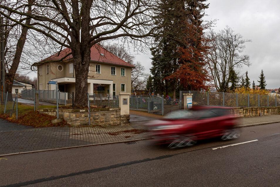 """Für die Reichstädter Straße vor der Kita """"Waschbärchen"""" fordern auch Anlieger Tempo 30. Das Landesamt für Straßenbau und Verkehr prüft noch."""