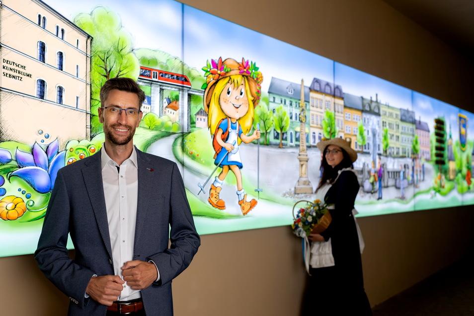 Amtsverweser Ronald Kretzschmar mit Blumenmädchen Jasmin Richter im neu gestalteten Durchgang zum Sängerhof.