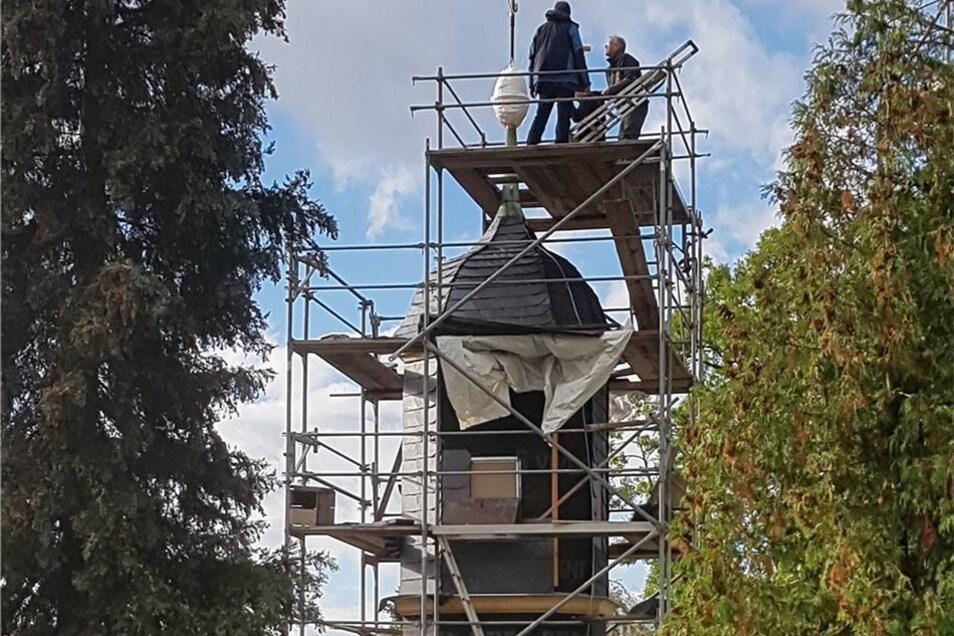 In Brockwitz trotzten Handwerker dem Sturm bei Arbeiten auf der Kirchturmspitze.