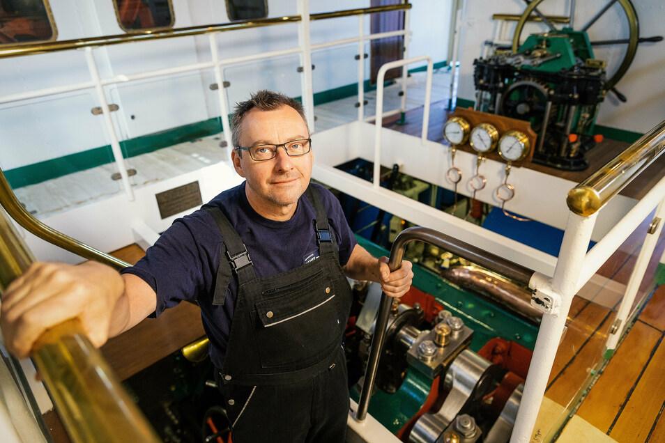 Schiffsmechaniker Frank Hempel in seinem Element: Im Maschinenraum eines Elbdampfers – hier auf der Schiffswerft in Laubegast.