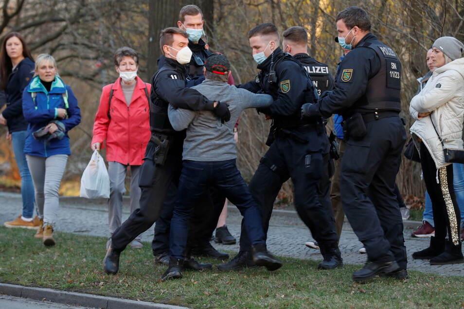 Nur im absoluten Ausnahmefall hat die Polizei bei den Ringspaziergängen in Zittau Gewalt angewendet.