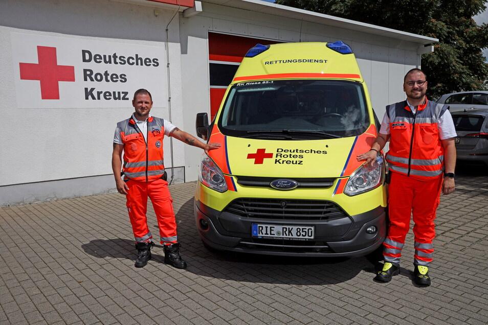 Zwei von 70 Mitarbeitern des Riesaer Rettungsdienstes: Robert Malchau (li) und Ronny Balog.