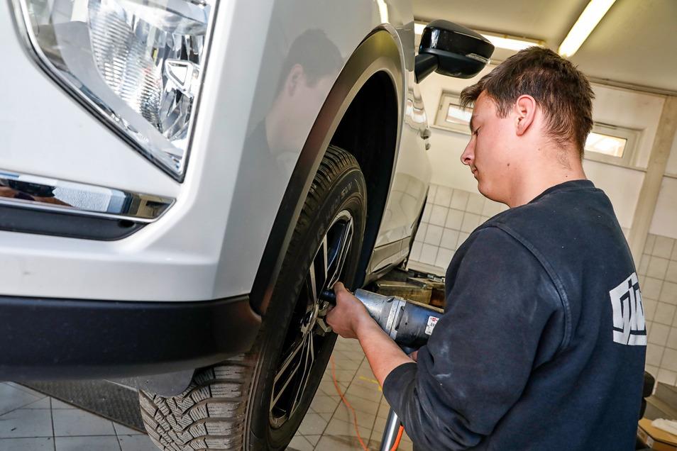 Auszubildender Kevin Stastny wechselt Reifen bei der Autodienst Glaubitz GmbH in Zittau.