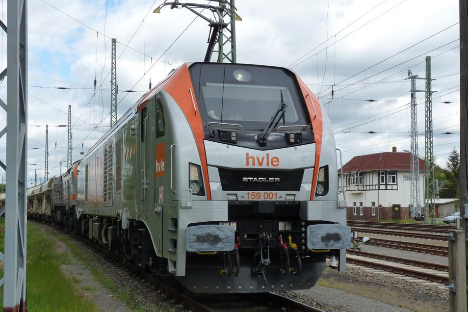 Diese neuartige Hybridlok der Havelländischen Eisenbahn ist vor Kurzem im Röderauer Bahnhof fotografiert worden.