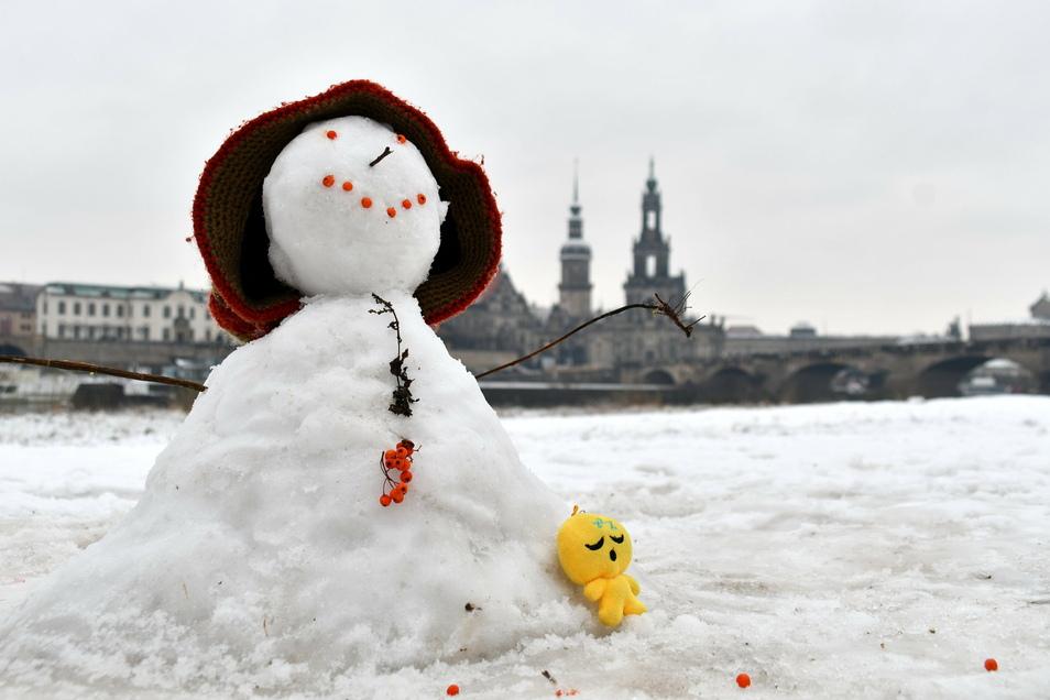 Am Elbufer reichte es am Sonntag immerhin schon für kleine Schneemännchen.